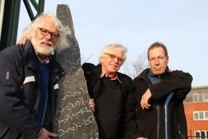 v.l.n.r. Jan Kettelerij, Hendrik Boot en Frank Beek bij het kunstwerk 'Onleesbaar Werk' van Gerard Fransen - foto Willem Jongeneelen 2